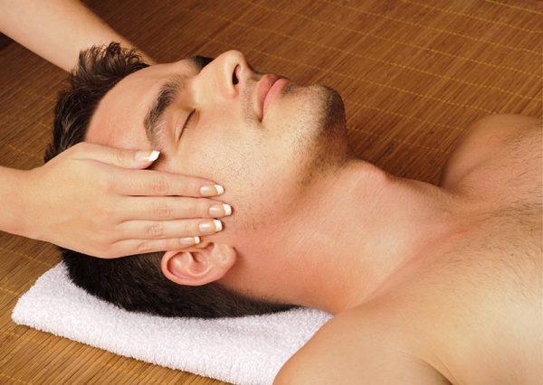Męski masaż twarzy idealny na rozluźnienie
