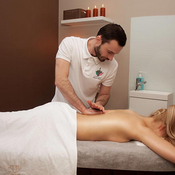 Gabinet masażu, masaż w wykonaniu Tomka